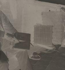 Homme otomi en train de carder de la laine