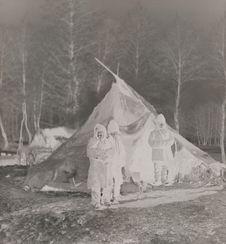 Tentes isolées de Tsiganes dans la forêt