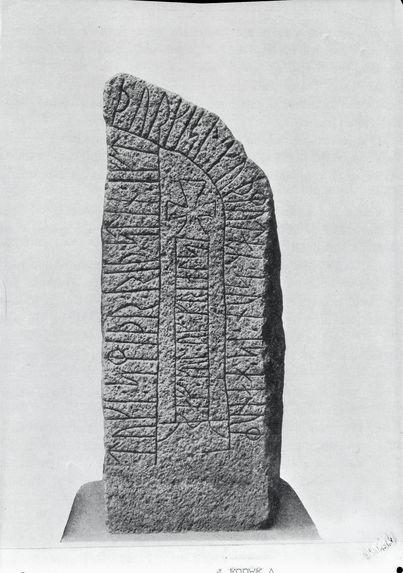 Stèle gravée de runes