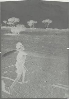 Indigène lançant une sagaie à l'aide d'un propulseur