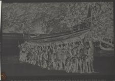 Sans titre [hommes tenant une barque]