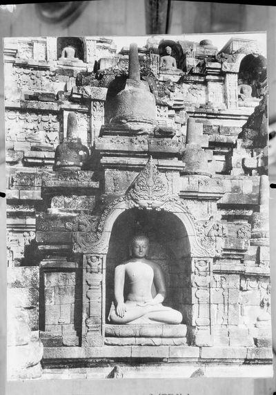 Sans titre [façade sculpée d'un temple]