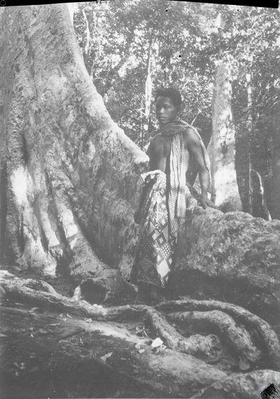Sans titre [homme adossé à un arbre]