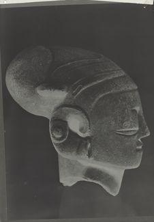 Tête humaine en céramique grise