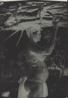 Femme transportant du bois