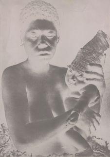 Femme et enfant dont la tête est serrée dans un turban d'écorce