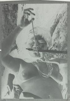Femme Motillon jouant de l'arc musical