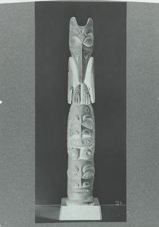 Poteau totémique, bois sculpté