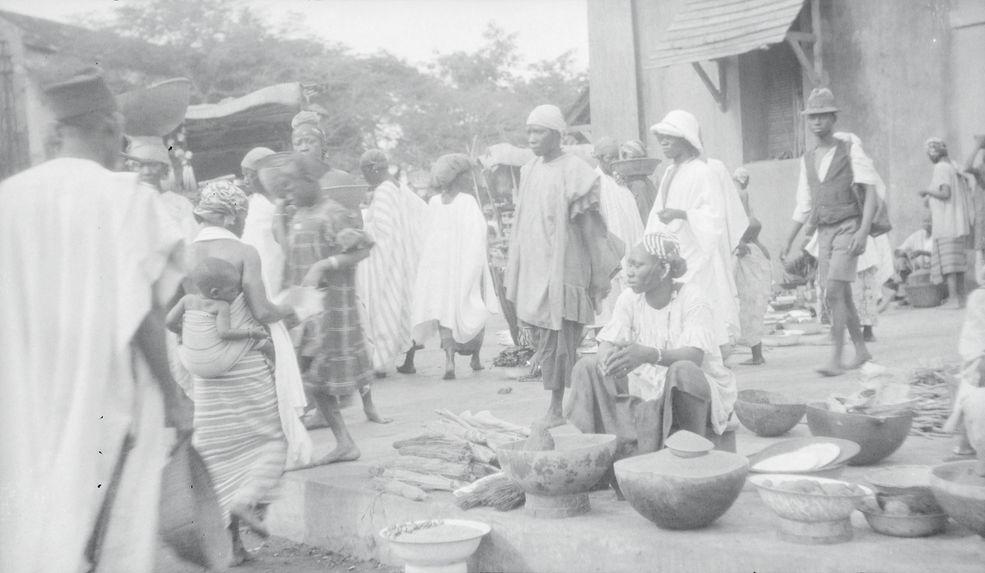 Marché de Bmako. La vendeuse de riz décortiqué