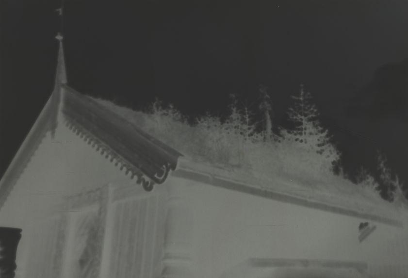 Vieille maison à porte sculptée