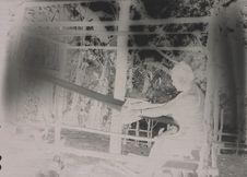 Femme tissant dans sa maison