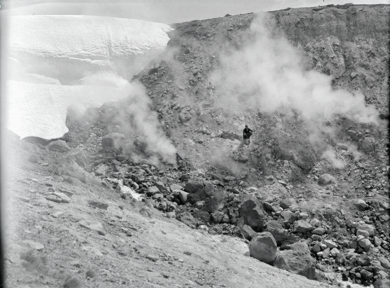 Sans titre [Homme sur le flanc d'une montagne]