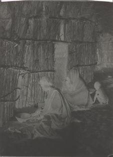Une femme kanouri du Kaouar écrasant le mil pour faire la kesra