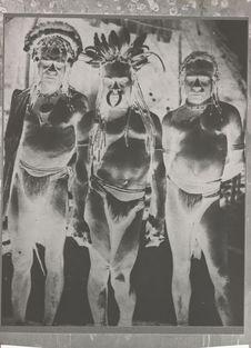 Hommes portant des ornements de coquillages