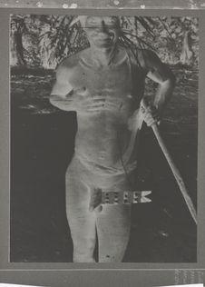 Bororo portant un noeud de pénis de cérémonie