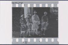 Groupe devant la porte du temple lamaïque de Lakonra