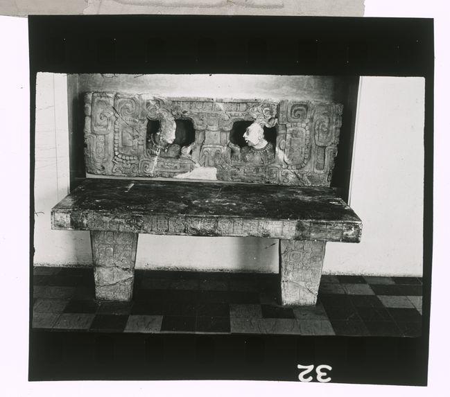 Sans titre [autel en pierre]