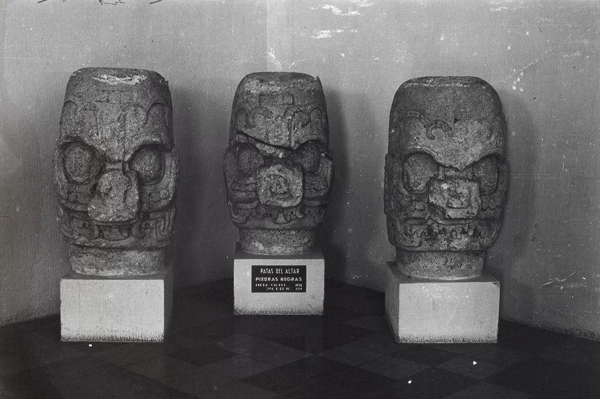 Sans titre [trois têtes en pierre]