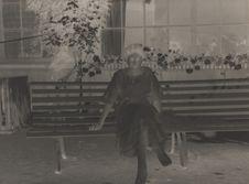 Sans titre [Femme assise sur un banc]