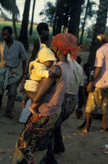 Sans titre [femme portant un bébé]