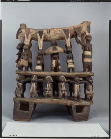 Sans titre [siège de dignitaire figurant la cour du roi du Dahomey à Kana,...