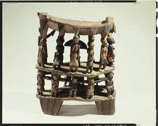 Siège de dignitaire figurant la cour du roi du Dahomey à Kana, résidence royale
