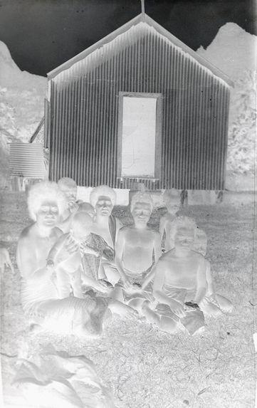 Sans titre [Portrait de groupe devant une maison]