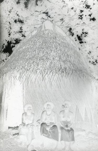Sans titre [Trois femmes devant une habitation]