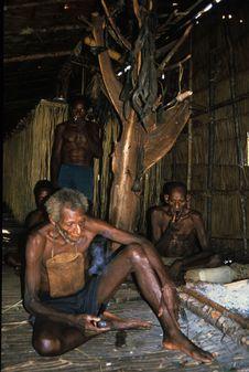 Sans titre [Hommes fumant dans un intérieur en bois et paille]