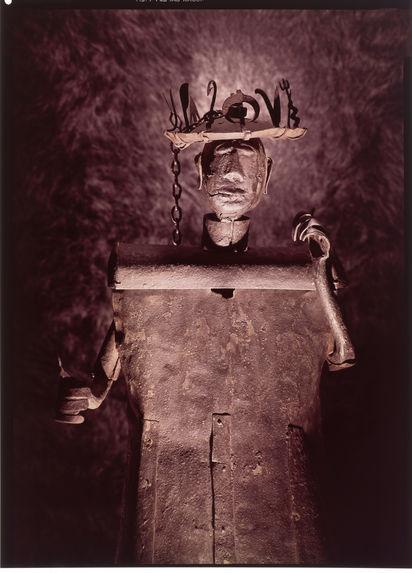Statue entièrement fabriquée à partir de ferrailles d'origine européenne, représentant le dieu Gou, dieu des armes et des métaux