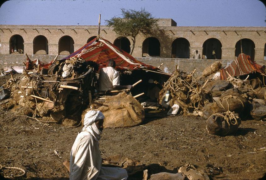 Abéché, Tchad [tentes plantées devant un mur à arcades]