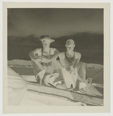 Sans titre [deux hommes assis dans un bateau]