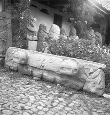 Bande film de 3 vues concernant des sculptures et des bas-reliefs sur blocs de...