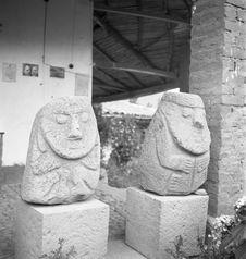 Bande film de 3 vues concernant des sculptures anthropomorphes en pierre du...