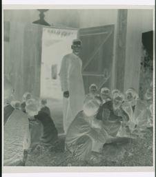 Sans titre [missionnaire catholique et ses ouailles maa dans les environs de...