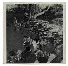 Sans titre [hommes, femmes et enfants lavant du linge au bord d'un ruisseau]