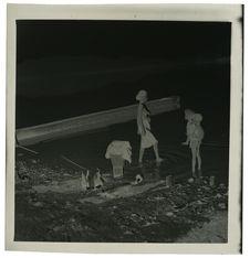 Sans titre [femme et enfants Êdê dans une rivière, lavant du linge]
