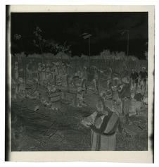 Sans titre [cérémonie funéraire au cimétière, joueurs de gong devant le tombeau]