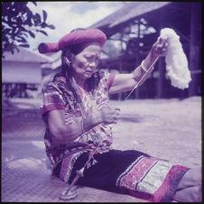 Sans titre [femme filant de la laine ou du coton]
