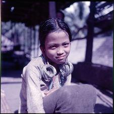Sans titre [portrait de jeune fille avec boucles d'oreille]