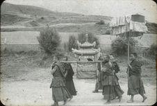 Procession des Lamas pour le transport des livres acrées du monastère