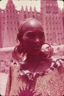Femme peulh avec ses bijoux
