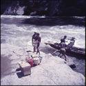 Sans titre [hommes chargeant une pirogue sur le fleuve Mahakam]