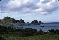 Taïwan [paysage avec une embarcation sur l'eau]