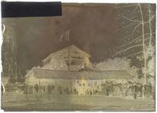 Iles-sous-le-Vent : le drapeau français hissé au palais de la reine de Huahiné