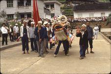 Début réception Bibei [défilé d'un dragon en papier suivi d'un cortège dans la...