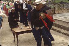Début réception Bibei [musiciens jouant dans la rue : cimbales et cloche]