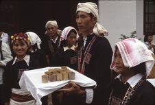 Début réception Bibei [homme et femmes en costume à l'entrée d'un bâtiment....