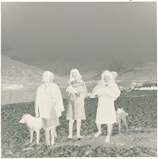 Eden, femmes et enfants dans la neige