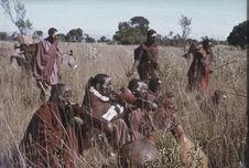 Sans titre [groupe de Maasaï et âne dans les hautes herbes]